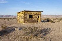 Cabaña de madera abandonada en Twentynine Palms, California, EE.UU. - foto de stock