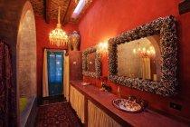 Baño mexicano tradicional decorado, San Miguel de Allende, Guanajuato, México - foto de stock