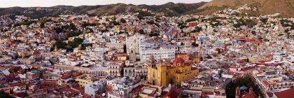 Skyline de la ciudad con casas y catedral, Guanajuato, México - foto de stock