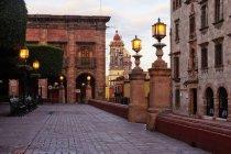 Цегляна вулиця зі старими будинками в Гуанахуато, Мексика — стокове фото