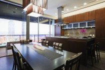 Kitchen and dining room in luxury highrise apartment in Dallas, Texas, USA — Stock Photo