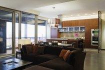 Sala de estar en casa de lujo en Dallas, Texas, Estados Unidos - foto de stock