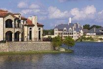 На березі озера розкішні будинки в МакКінні, Техас, США — стокове фото