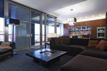 Sala de estar de lujo en casa residencial en Dallas, Texas, Estados Unidos - foto de stock