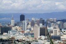 Центр міста Сан-Франциско Skyline з хмарами, США — стокове фото