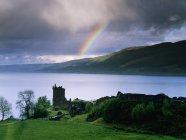 Château Urquhart sur la rive du Loch Ness avec arc-en-ciel sur l'eau, Écosse, Royaume-Uni — Photo de stock