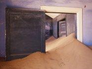 Заброшенный дом с дрейфующим песком в Африке — стоковое фото