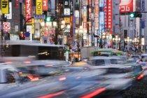 Traffico nel quartiere Shinjuku di Tokyo, Giappone — Foto stock