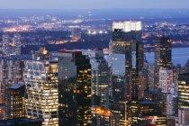 Grattacieli di Manhattan illuminati al crepuscolo, New York, USA — Foto stock