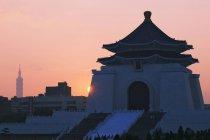 Меморіальний зал Чан Кайши на сході сонця з хмарочос силует, Тайбей, Тайвань — стокове фото