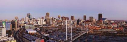 Johannesburgo skyline y estación de tren, Sudáfrica, África - foto de stock