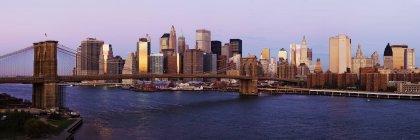 Skyline di Lower Manhattan e Brooklyn Bridge all'alba, New York, USA — Foto stock
