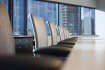 Стол и стулья в городском конференц-зале, избирательный фокус — стоковое фото