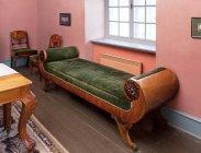 Reich verziertes rückenloses Sofa am Fenster in Palmse Manor, Estland — Stockfoto