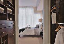 Closet Walk-in no quarto principal de luxo no moderno edifício de apartamentos — Fotografia de Stock