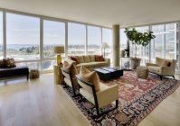 Вітальня в розкішних апартаментах з висопідйому — стокове фото