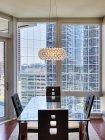 Candelabro sobre comedor en apartamento de lujo de gran altura - foto de stock