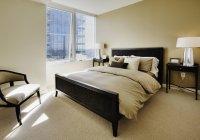 Gemütliches Schlafzimmer in Luxus-Hochhaus-Wohnung — Stockfoto