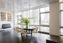 Comedor en apartamento de lujo de gran altura - foto de stock