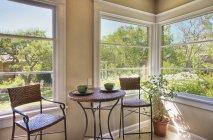 Стіл і стільці в кутовий кімнаті в сучасній квартирі — стокове фото
