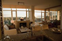 Кондо с открытым планом этажа, кухонным прилавком и современными сиденьями — стоковое фото