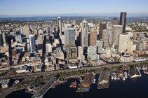 Bürogebäude und Hafen mit Schiffen in der Bucht von Seattle, Washington, USA — Stockfoto