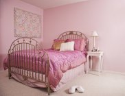 Интерьер розовой спальни в Сиэтле, Вашингтон, США — стоковое фото