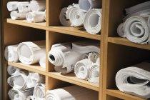 Rollos de planos en cubículos en la oficina, primer plano - foto de stock