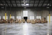 Картонні коробки при завантаженні Dock на складі, Sumner, Вашингтон, США — стокове фото