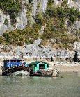 Рыбацкие лодки на берегу у скал Куанг Нина, Вьетнам — стоковое фото