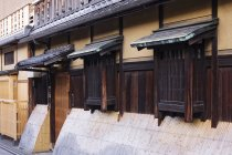 Traditional Japanese house with windows and wooden door, Kyoto, Japan — Stock Photo