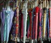 Guarda-chuvas que penduram na loja em San Fernando, la União, Filipinas — Fotografia de Stock