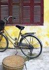 Bicicletta fuori casa vecchia in Hoi An, Vietnam — Foto stock