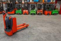 Механічні Доллі і навантажувач машини на складі — стокове фото