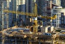 Високий кут огляду крана на будівельному майданчику з височить навколо у Ванкувері, Канада — стокове фото