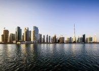 Dubai city skyline and waterfront, Emiratos Árabes Unidos - foto de stock