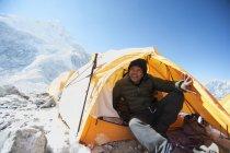 Mann sitzt im Basislagerzelt, Everest, Khumbu-Gletscher, Nepal — Stockfoto