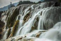 Красивый водопад в сельской местности — стоковое фото