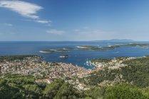 Вид на прибережні міста і схил пагорба, Хварі, Спліт, Хорватія — стокове фото