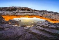 Сонце піднімається над артою Меса, Канйонземлями, штат Юта, США — стокове фото