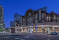 Os edifícios urbanos e a estação de estrada de ferro iluminaram acima na noite, Marunouchi, Tokyo, Japão — Fotografia de Stock
