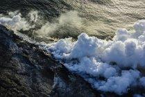 Rauch aus Lava in der Nähe von Meerwasser, Luftaufnahme, Hawaii, USA — Stockfoto