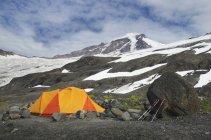 Tienda de campaña en camping en paisaje remoto en North Cascades, Washington, Usa - foto de stock