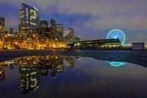 Número 12 iluminado en Highrise, Seattle, Washington, Estados Unidos - foto de stock