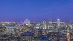 Горизонт міста Монреаль горить вночі, Квебек, Канада — стокове фото