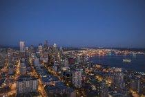 Luftaufnahme von Seattle Skyline beleuchtet in der Nacht, Washington, Vereinigte Staaten — Stockfoto