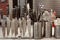 Ножі на магнітній стійці в комерційній кухні — стокове фото