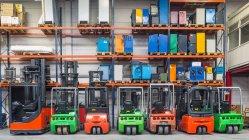 Навантажувач машини, припарковані в ряд на складі — стокове фото