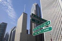 Nahaufnahme von Verkehrsschildern auf der Chicago City Street, Chicago, Vereinigte Staaten — Stockfoto