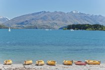 Каяки плыли вдоль пляжа, озеро Ванака, Отаго, Новая Зеландия — стоковое фото